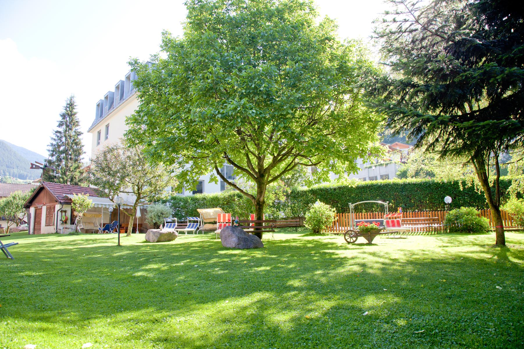 Il giardino e prato prendisole albergo hotel al cavallino bianco